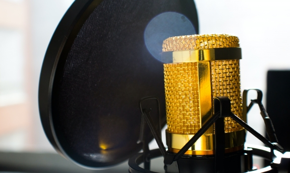 close-up-photo-of-gold-colored-and-black-condenser-682082.jpg